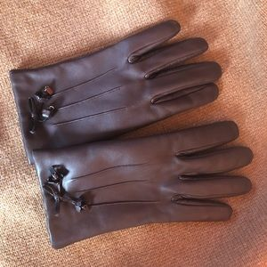 Coach bow gloves in oxblood.